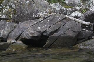 崩れながら湖畔に到達した溶岩