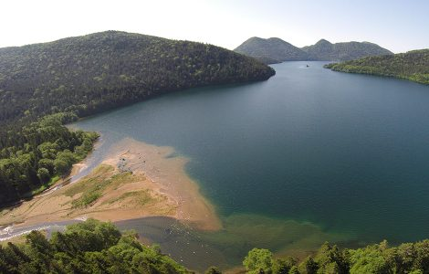 ヤンベツ川河口付近から空撮した然別湖
